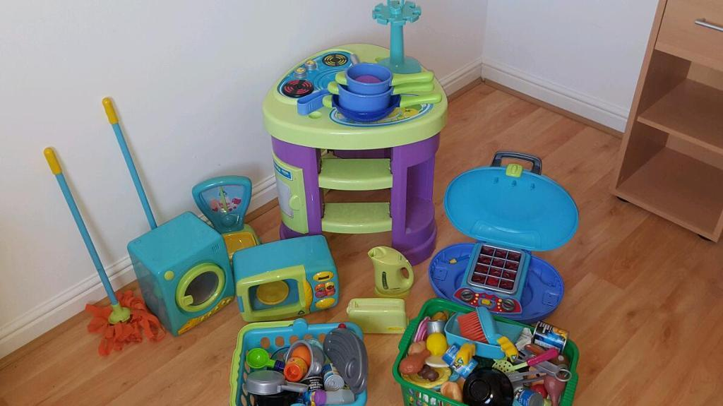Children's toy kitchen