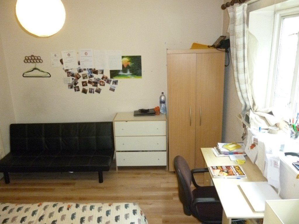 Bright and spacious Doubleroom,5min walk to Clapham north tube or Stockwell. All bills inc. 550pcm