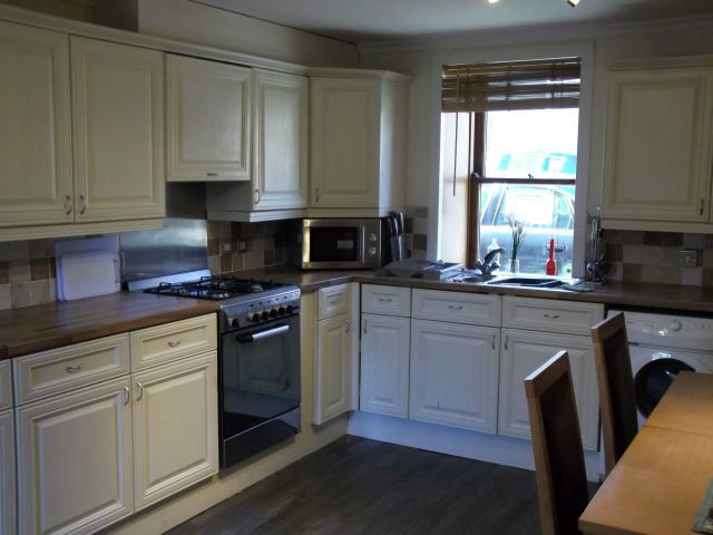 2 bedroom house; farmhouse kitchen; town centre location; immaculate condition