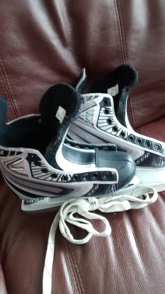 Boy`s Ice Hockey Skates CCM O2 --Size 34