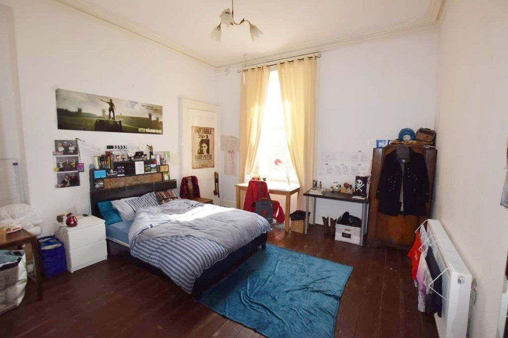 Beautiful room available for rent in excellent West End location (G12 8JF)