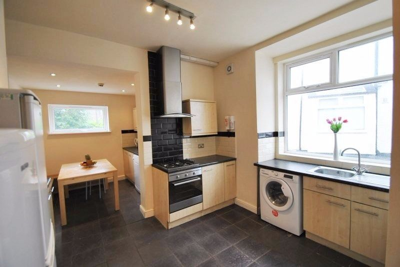 5 Double Rooms are in 10 Bedroom House, Available Now, Bills Included, Slade Lane