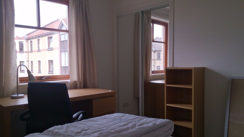 Seeking STUDENT flatmate to share 2 bed flat in Polwarth