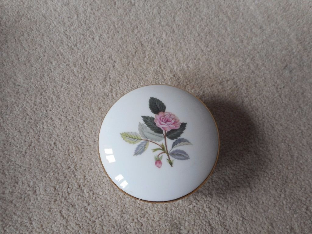 Wedgwood Hathaway Rose trinket box