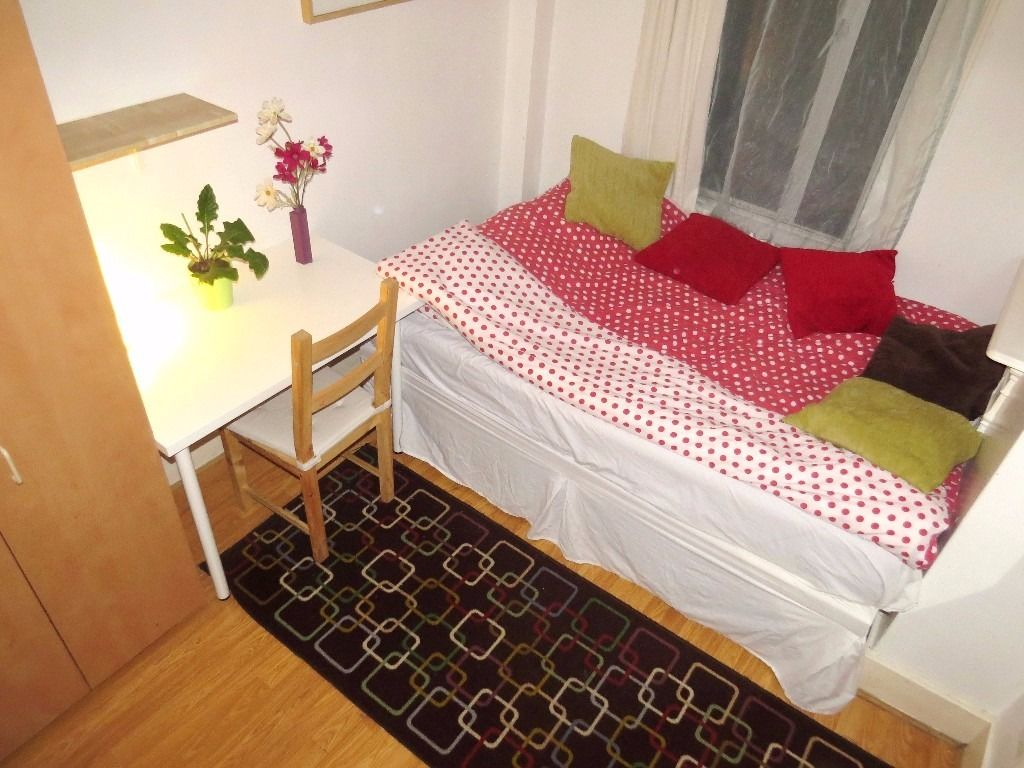 Lovely nice double bed room in Walthamstow Central, available on 10th August, (zone 3).
