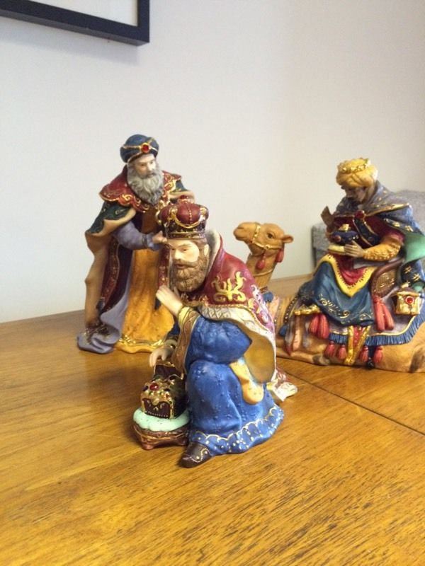 Porcelain Nativity with wooden crèche