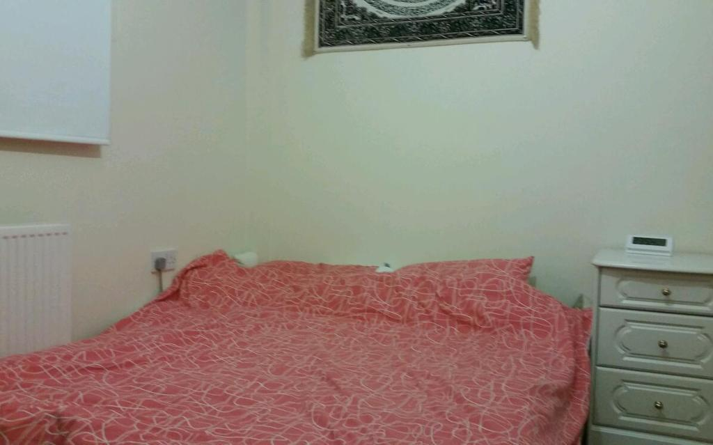 Single room with double bed to let