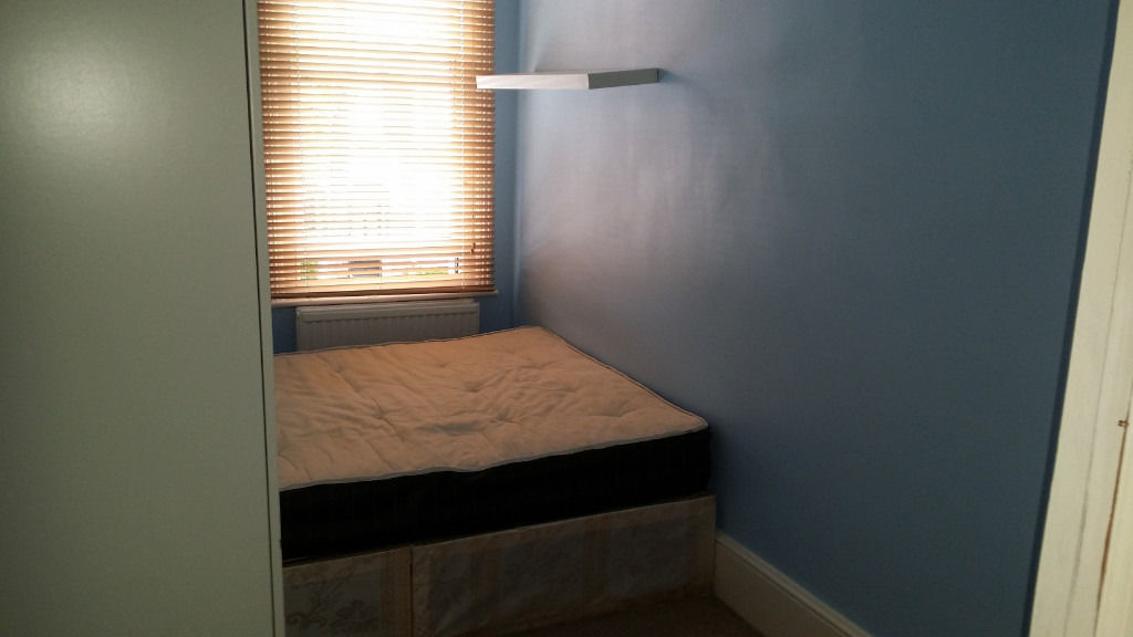 ONLY FOR ONE PERSON Nice and cozy Double room available Manor Park Wanstead