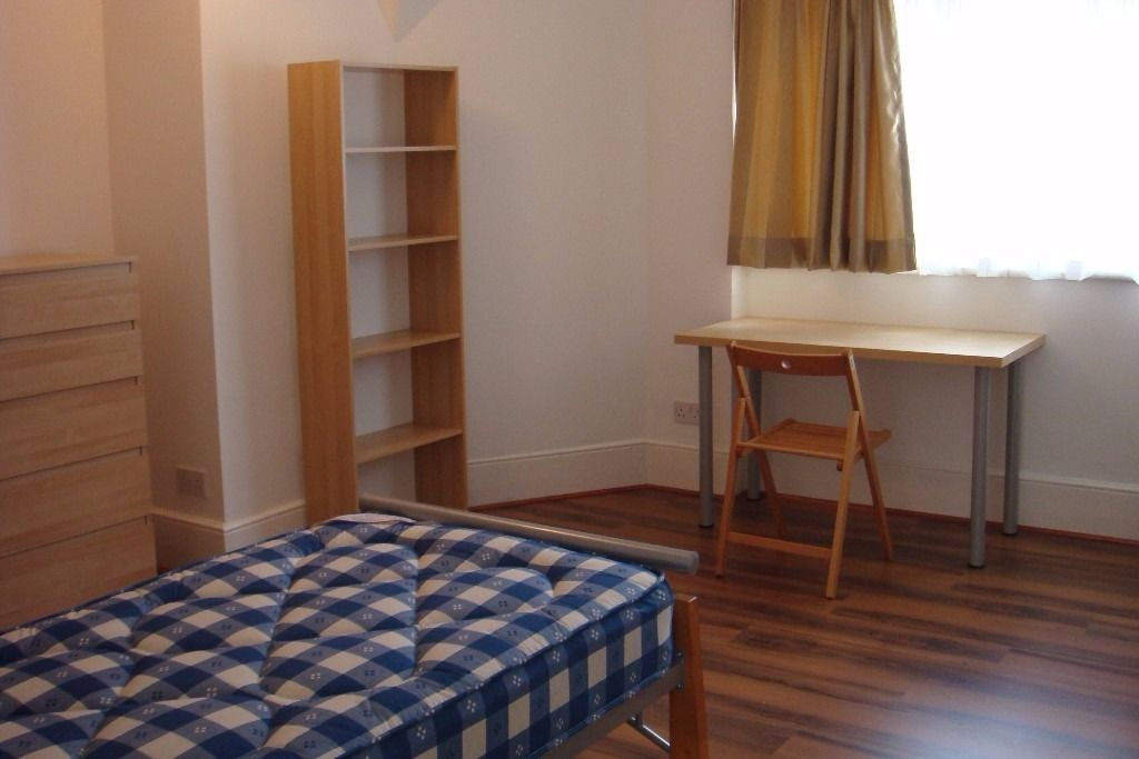 Large twin bed room in a beautiful building near Leyton station