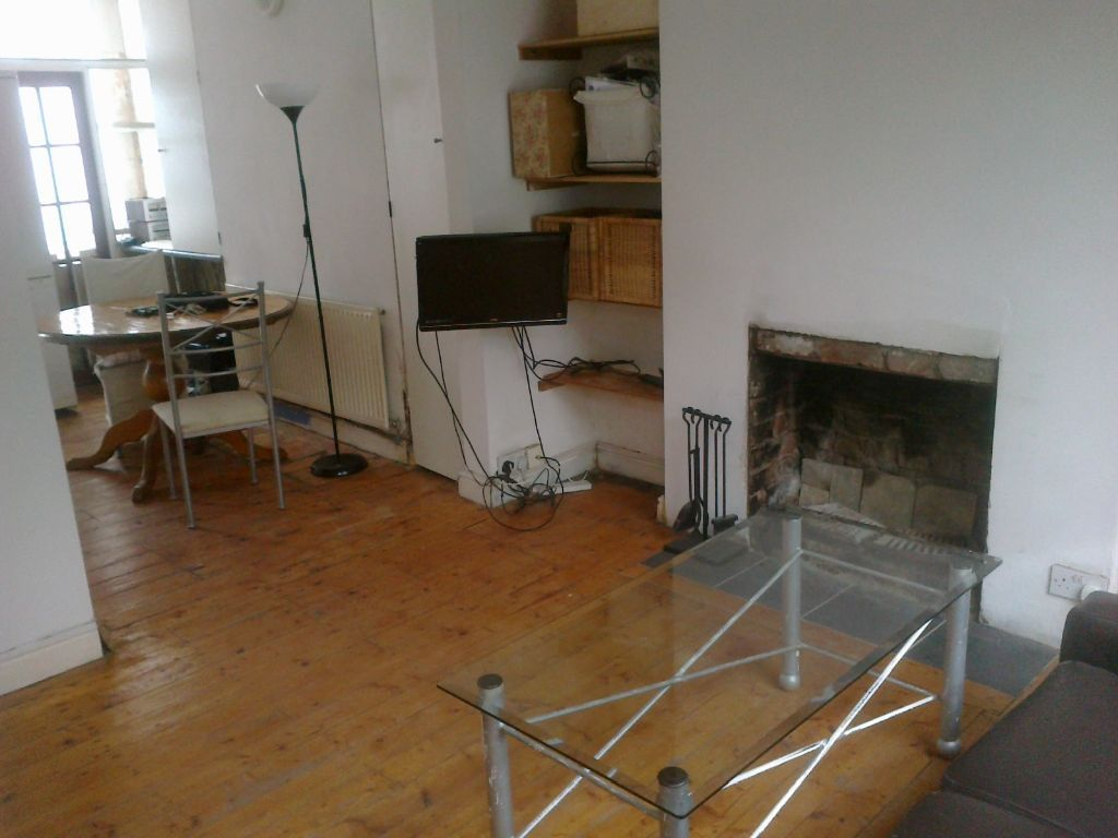 2 Spacious stylish double rooms suitable for couple /two sisters etc, in spacious renovated house.