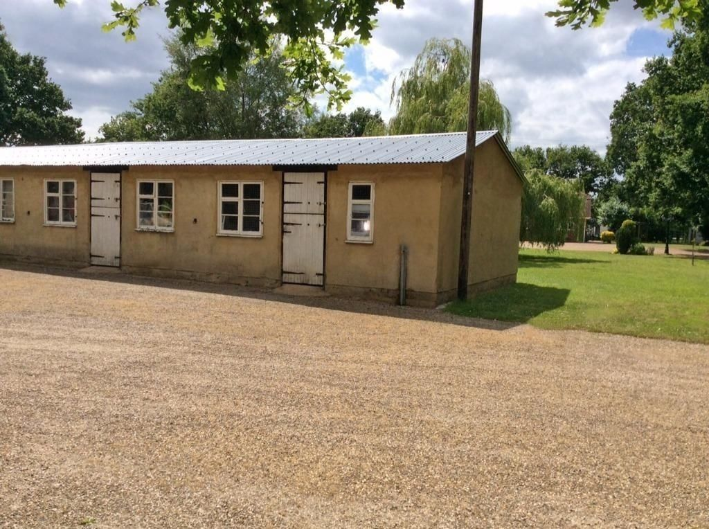 LOCK UP STORAGE NEAR GATWICK SIZE OF DOUBLE GARAGE JUST 49 PER WEEK - PAYABLE MONTHLY IN ADVANCE