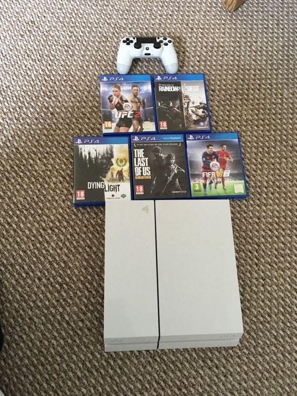 PlayStation 4 - White 500GB + 5 Games