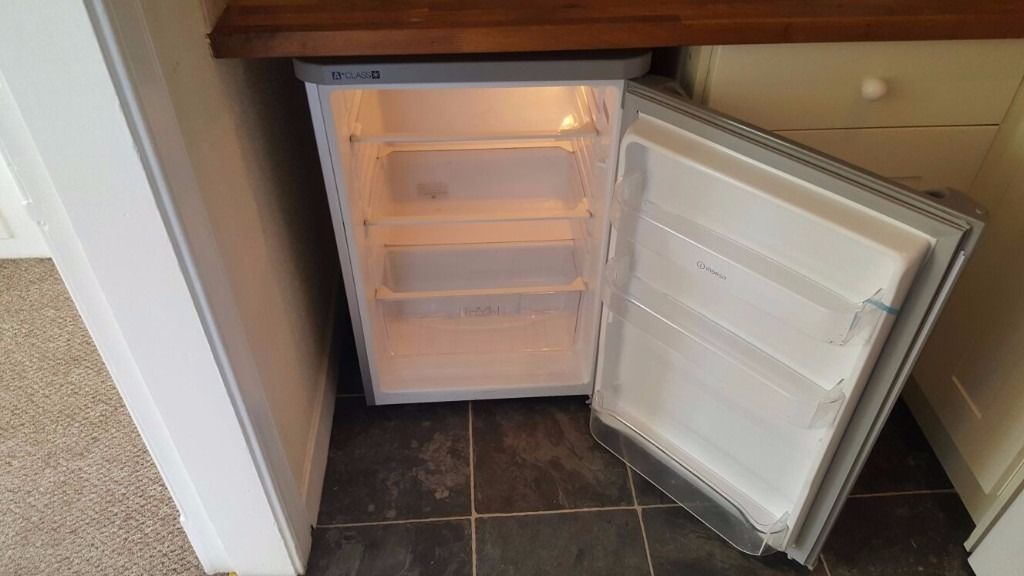 INDESIT - UNDER COUNTER SILVER FRIDGE (AS NEW CONDITION)