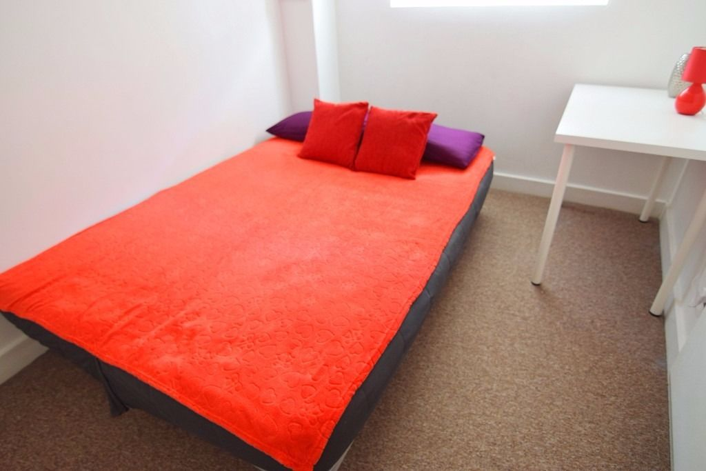 Cozy Double Room near South Quay DLR Station. All Bills and Broadband are included. Available Now!