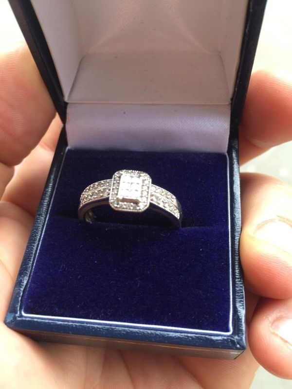 9ct White gold ring with 1 ct of daimond