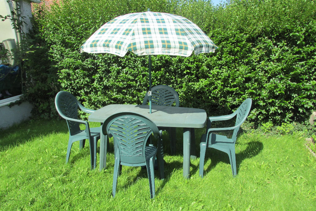 GARDEN TABLE WITH FOUR CHAIRS & PARASOL.