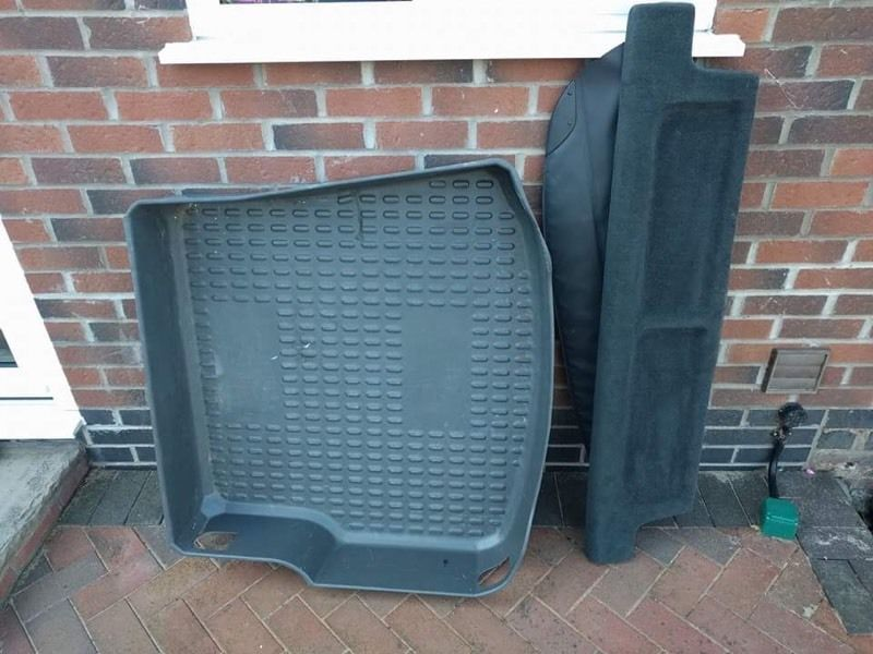 V40 Volvo 51 plate retractable parcel shelf and hard boot liner.