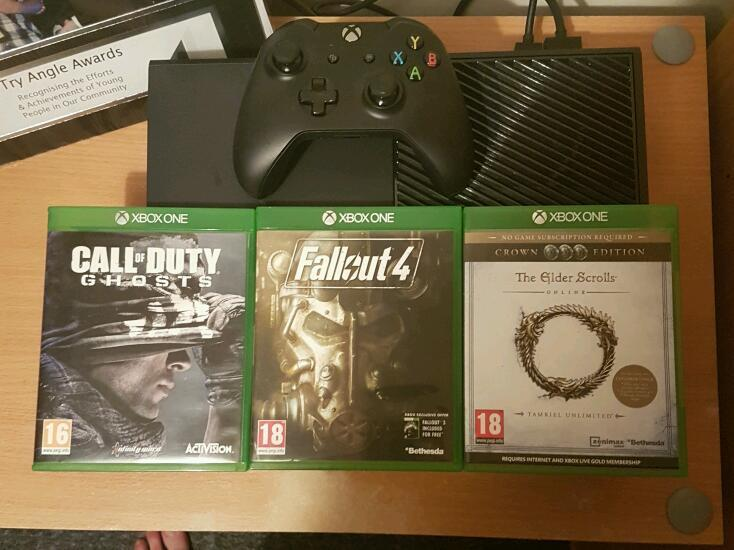 Xbox one immaculate condition 5 weeks old with box and 3 games wanna swap for ps4