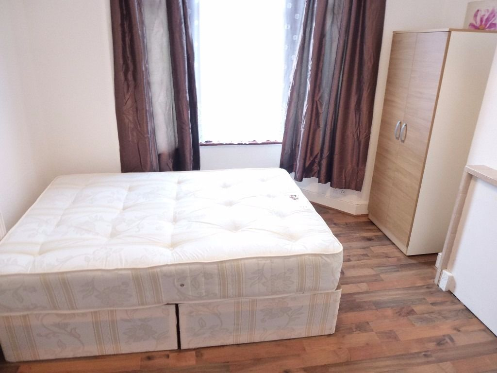 NICE AND BRIGHT SINGLE ROOM WITH DOUBLE BED TO RENT IN NORTHFIELDS / ZONE 3 / PICADILLY LINE