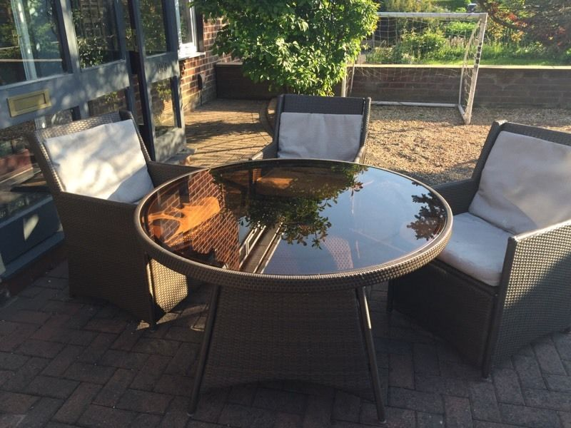 Ratton round table and four chairs €