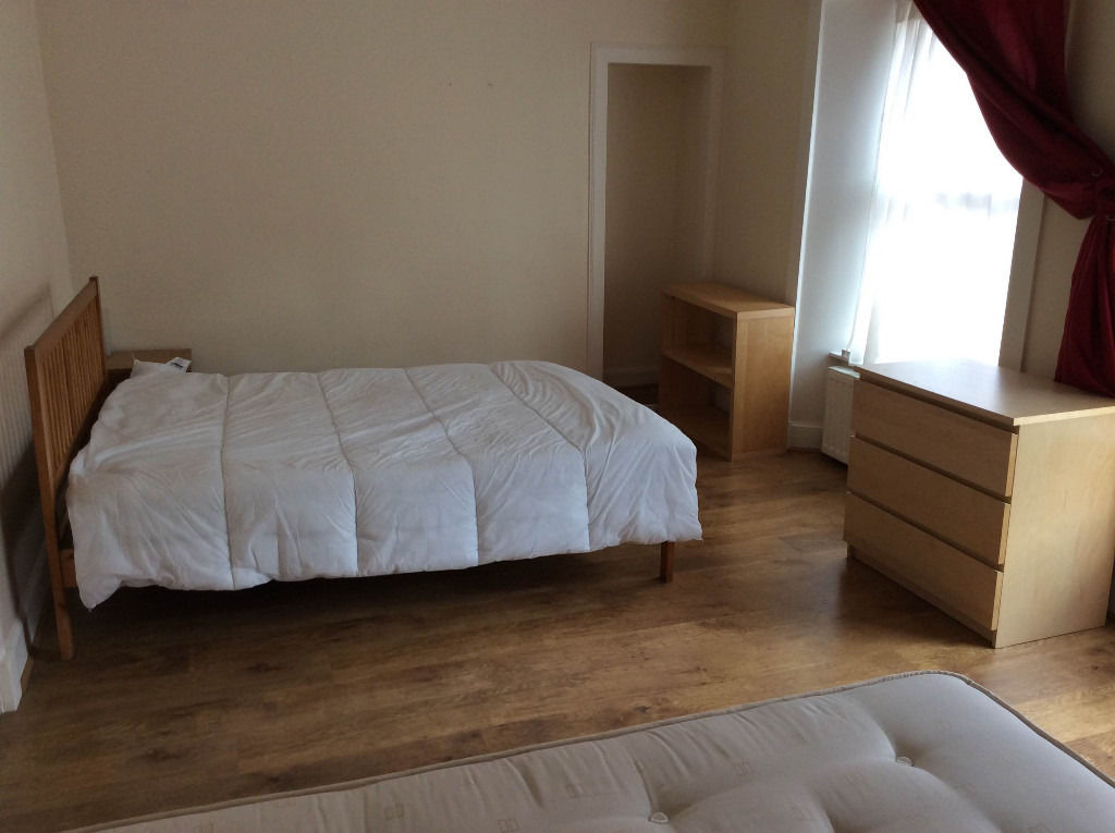 OPPORTUNITY! Twin large room with two double beds for 2-3 people (students preferred)