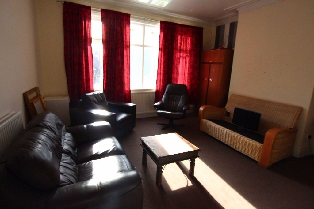 Double room in Chorlton apartment, parking, internet, bars, cafes, good transport to center