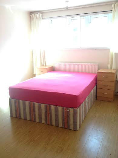 HUGE DOUBLE ROOM IN POPLAR HIGH STREET AVAILABLE NOOOOW! ZONE 2 - 60 SECONDS FROM STATION