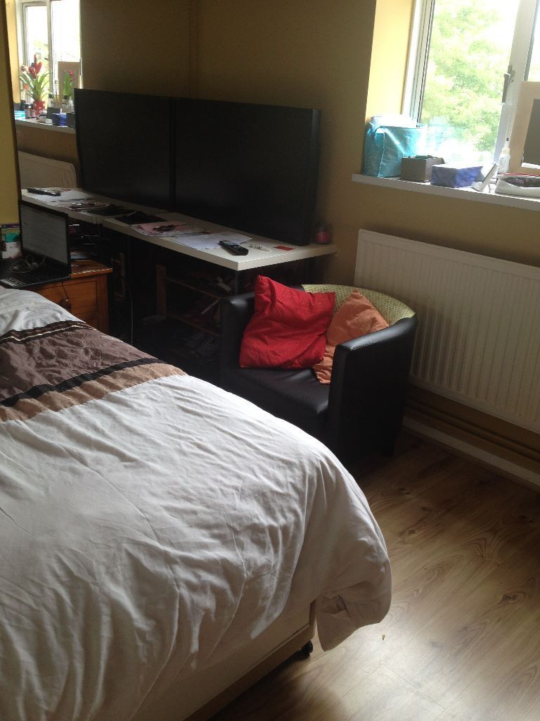 Beautiful cosy double room with a built in closet in a supper clean Flat in east acton (zone 2)