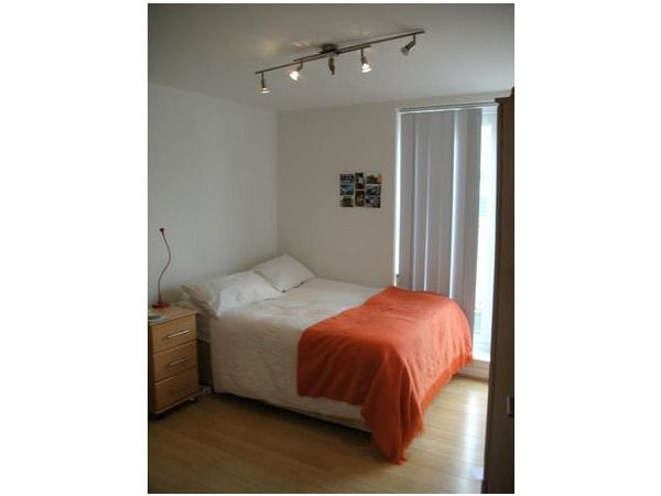 LARGE DOUBLE ROOM IN FLAT JUST OUTSIDE BETHNAL GREEN STATION ALL BILLS INCLUSIVE***£620 PER MONTH***