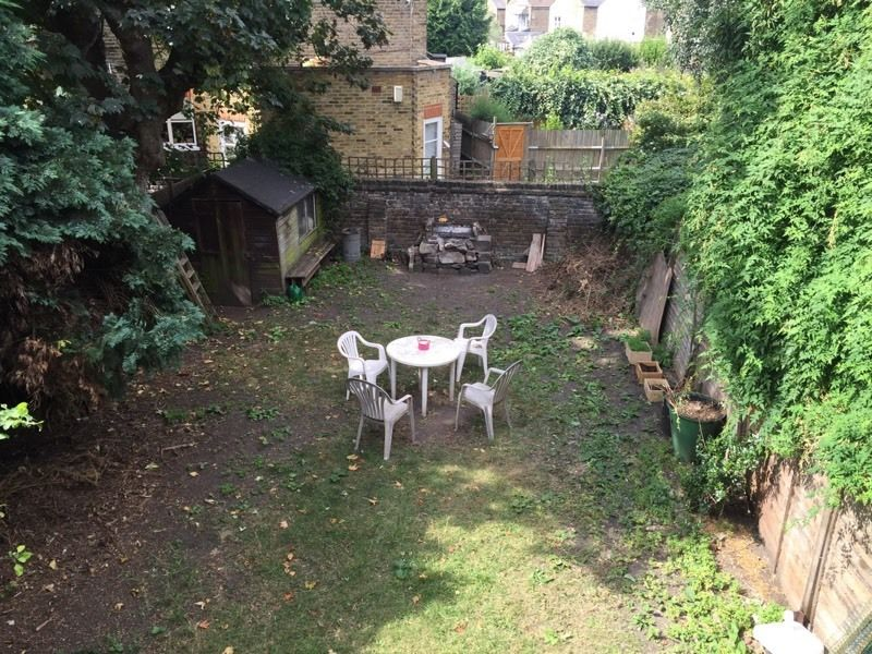 SMALL SINGLE IN A QUIET 4 BEDROOM FLAT WITH GARDEN