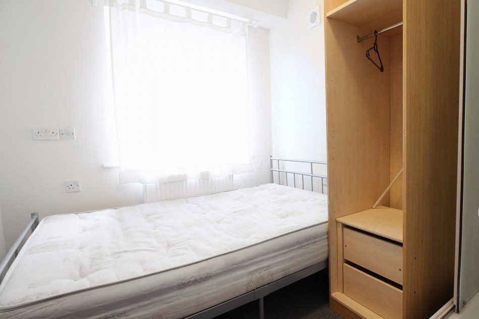 Double Bed in 4 Spacious Rooms in Shared House with Private Studio in Brent Park