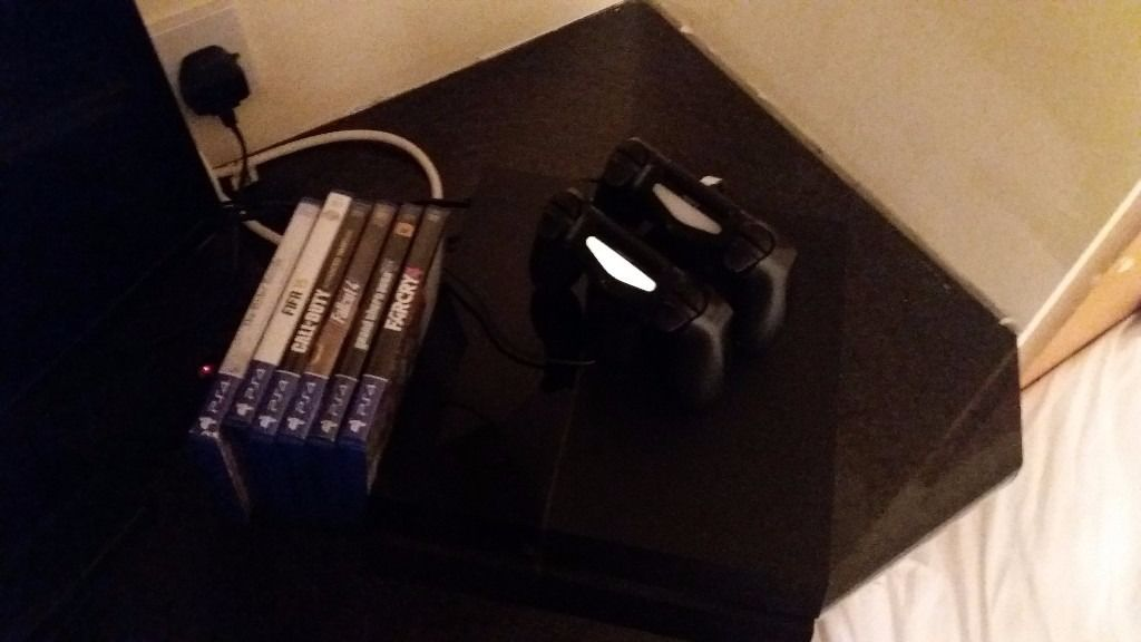 Ps4, 2 controllers, 5 games and charge kit