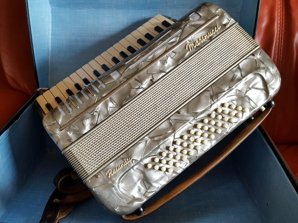 Beautiful piano accordion 34 treble 48 bass made in Italy by Marinucci Recanati. Swap guitar / Sell