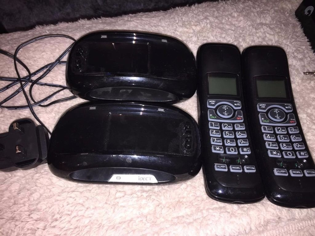 Answer machine with 2 house phones