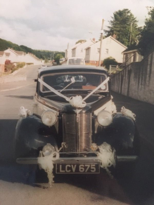 Vintage wedding car (Austin 16)