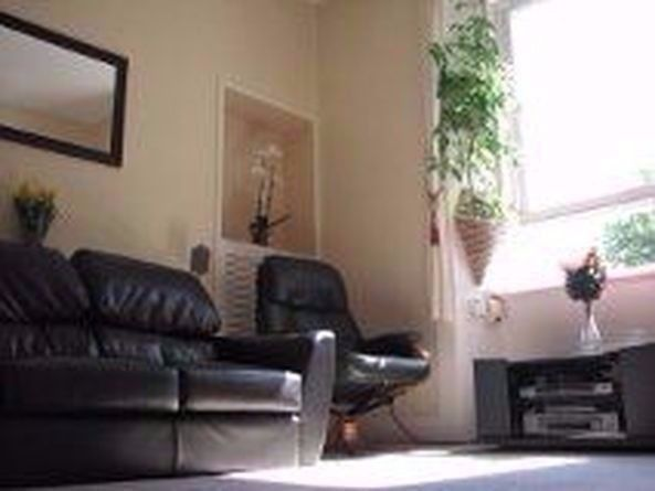 Single room near by the Scottish Parliament for quiet female