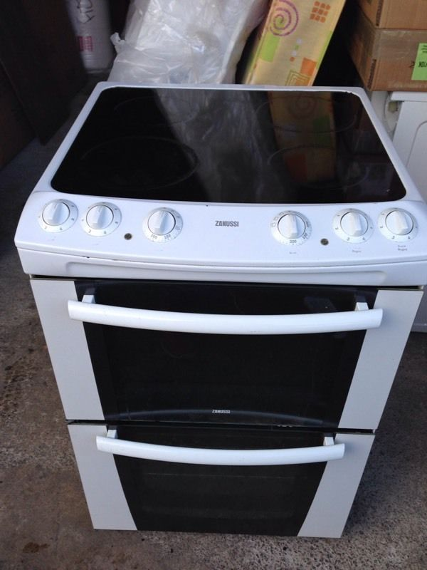 60cm ceramic hob/fan oven.Delivery Offered
