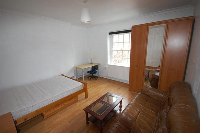 Three bedroom flatshare for rent in Holyrood.