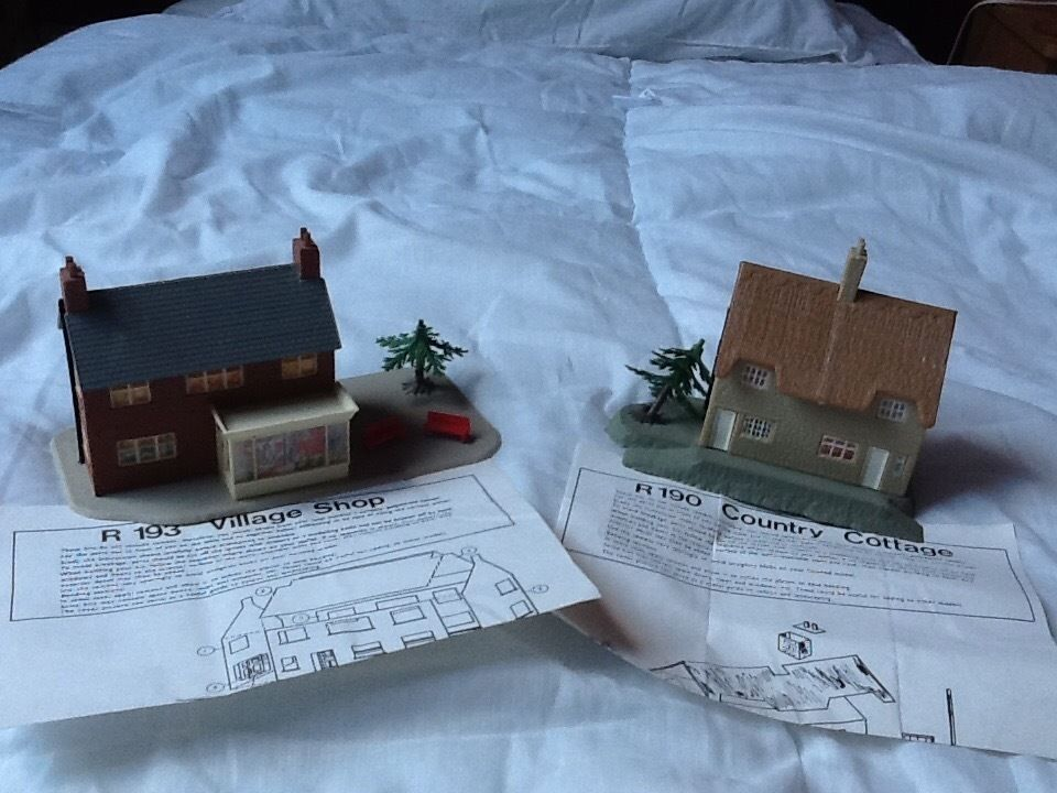 HORNBY TRAINS BUILDINGS 00 GAUGE - R193 VILLAGE SHOP AND R190 COUNTRY COTTAGE FROM THE 1970's