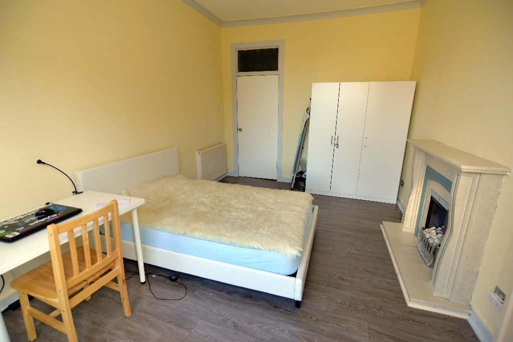 Large room for single male student / professional - Parkhead