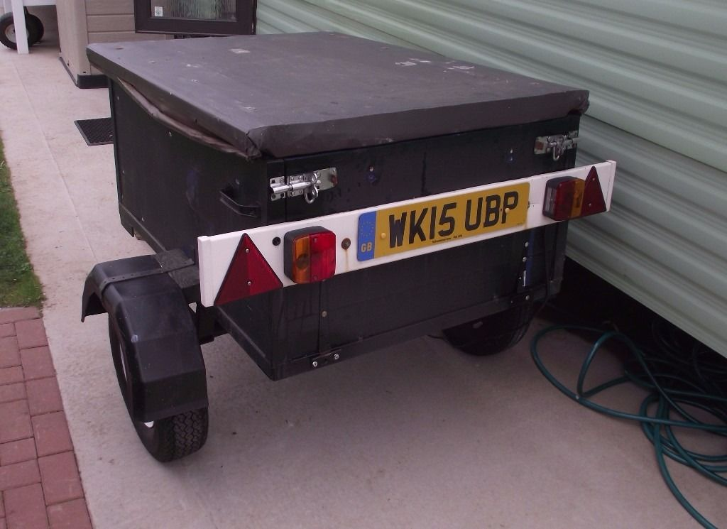 Trailer with locking top