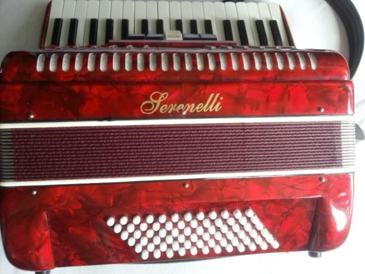 accordeon serenelli 72 bas, vijf registers, koffer en riem