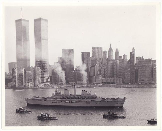 Grote foto / prent vliegdekschip in New York met Twin Towers