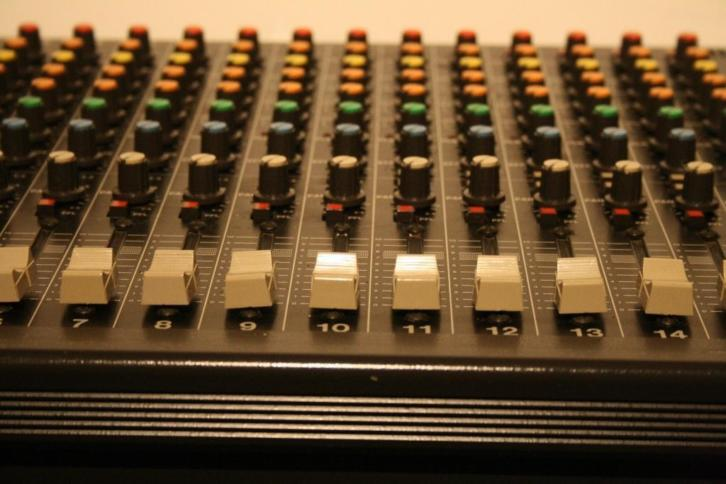 TASCAM M-216 Analoge 16-Channel Mixing Console + F.case