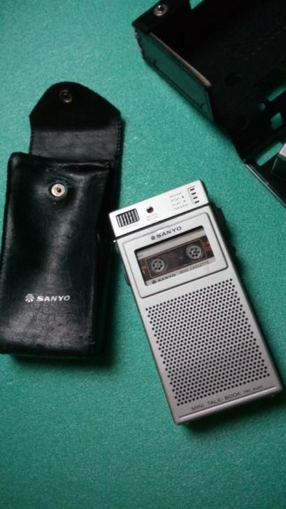 Twee retro Sanyo mini recorders.