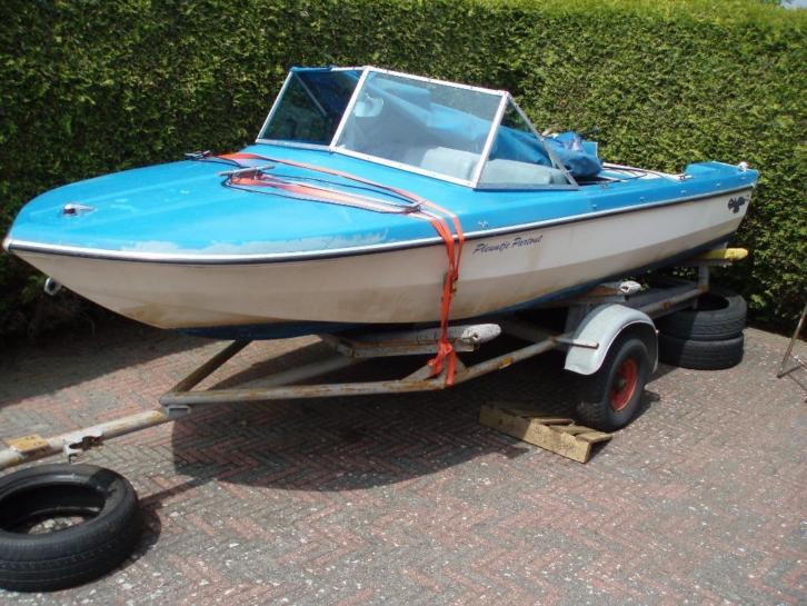 glastron aquo lift met trailer